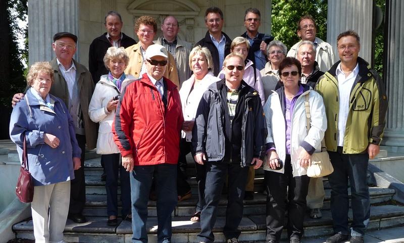 kleines Gruppenfoto im Schloßgarten des Neuen Kaiser Palais in Potsdam