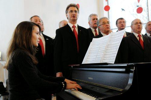 """Pianistin Linda Schiermeister begleitet den Chor bei """"Ein Freund, ein guter Freund"""""""