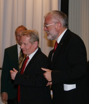 """Chorleiter """"Martin Krömer"""" und 1. Vorsitzender """"Josef Wüllner"""" bei der Ergebnisbekanntgabe - Foto: Peter Mahnke"""