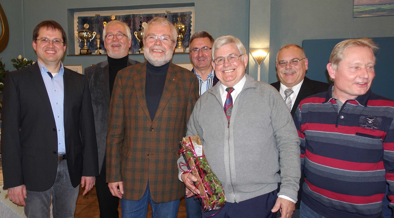 Vorstand mit Helmut Wessel, dem fleißigsten Sänger in 2015 (2. v. rechts)